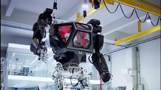 Operatörün hareketlerini birebir yapabilen 4 metrelik robotik savaş makinesi