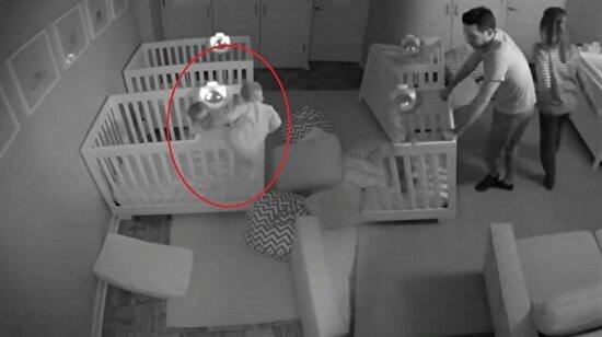 Ebeveynleri gözlerine inanamadı: İki yaşındaki yaramaz ikizlerin gece yarısı keyfi