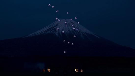 Fuji dağının eteklerinde dronelarla muhteşem bir şov!