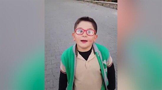 Sokaktan geçenlere çağla satmaya çalışan aşırı tatlı çocuk
