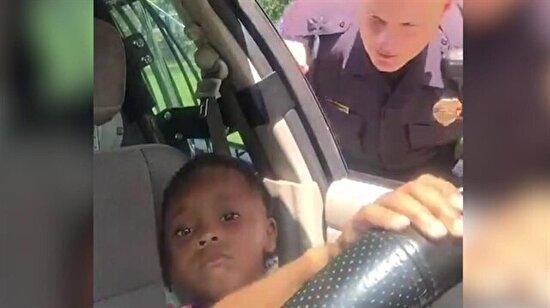 Polise kafa tutan minik kız