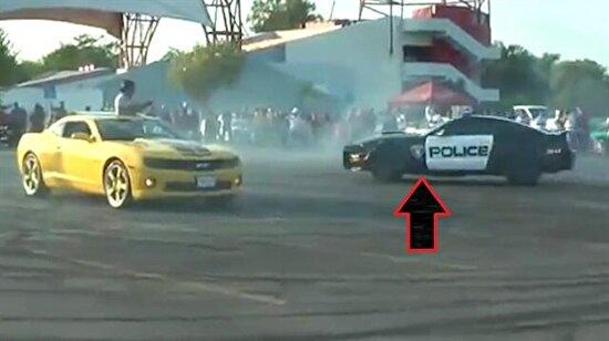 Gençlere kızan polis Mustang'le 'drift' yapıyıor!