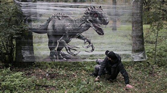 Plastik folyoya çizdiği vahşi hayvan resimleriyle görenlere korku dolu anlar yaşattı!