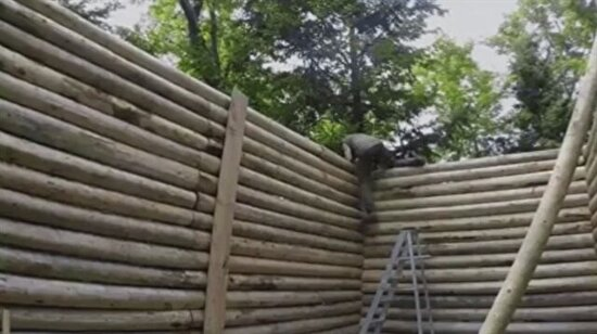 Vahşi doğada bir ev inşa ediyor