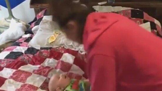 Gülmekten göbeği çatlayan bebek