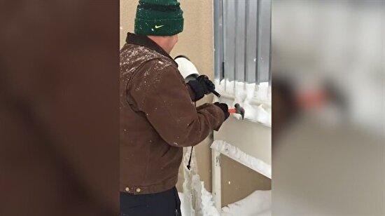 Donmuş su borusunu açan usta