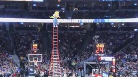Denver Nuggets maskotundan üçlük geliyor