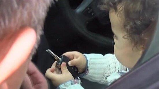 Havalimanında araçta mahsur kalan 2 yaşındaki çocuğa laf anlatmaya çalışmak