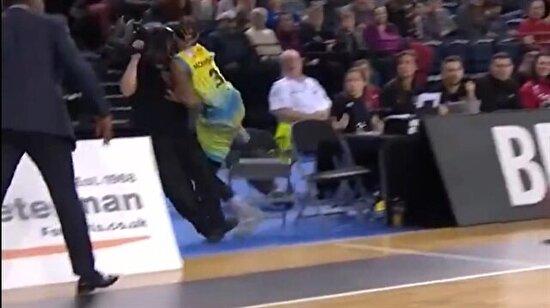 Kameramanı pert eden basketbolcu!