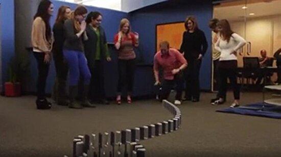 Binlerce iPhone'dan yapılan muhteşem domino gösterisi