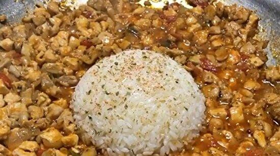 Tavuk saç tava, ortasına nefis pirinç pilavı