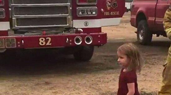 Küçük kız itfayecilere dürüm dağıtıyor
