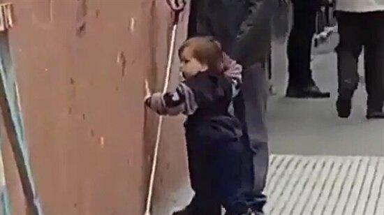 Engelli babasının rehberi olan minik