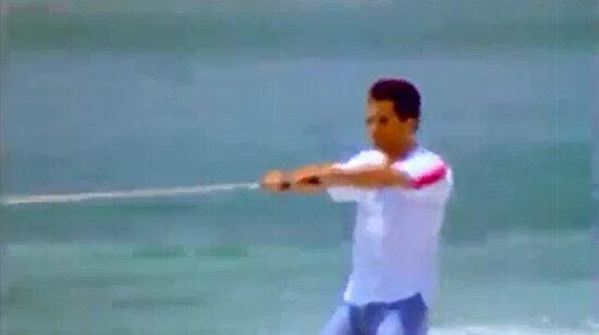 Mahsun Kırmızıgül kot pantolon gömlekle su kayağı yapıyor