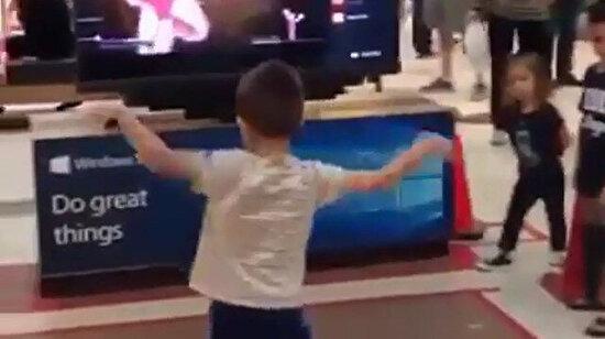 Ekrandaki hareketlerin aynısını yapmaya çalışırken içindeki dansçıyı keşfeden ufaklık