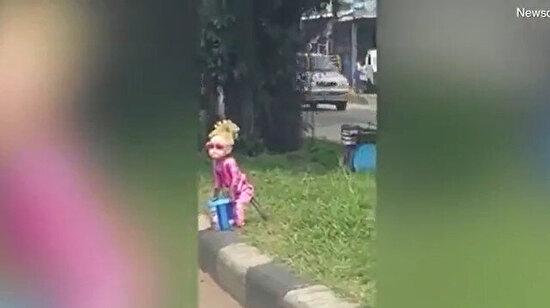 Maymuna bebek kıyafeti giydirip dilendirmek kimin aklına geldi?