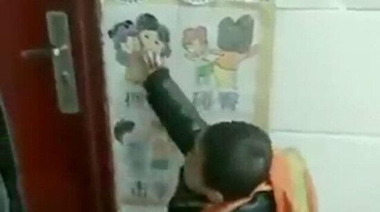 Bir Japon okulunda okuyan bu çocuklar, her sabah öğretmenlerini nasıl selamlayacaklarını seçiyorlar