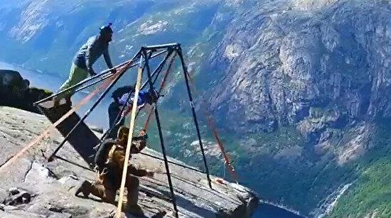 Kendilerini Norveç'in Kjerag uçurumlarından aşağıya bırakan gençler
