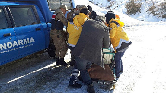 Jandarmadan büyük fedakarlık: Yaşlı hastayı 2 kilometre sedyede taşıdı