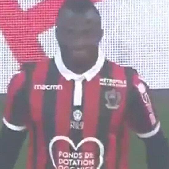 Fransız hakem Cezayirli futbolcu Attal'ın orucunu açabilmesi için maçı durduruyor