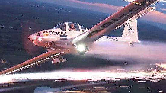 Kanatlarında havai fişek olan uçakla uçmak