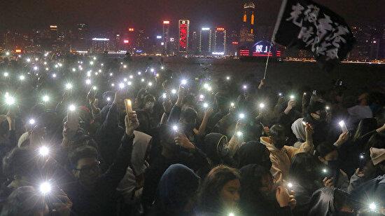 Hong Konglu protestocular yolları kapattı, Yılbaşı gecesi polisle çatıştı