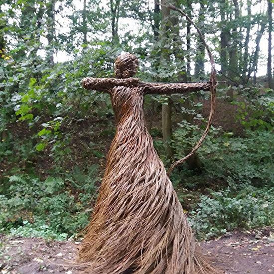 Söğüt dokuma çubuklarından yapılmış heykel