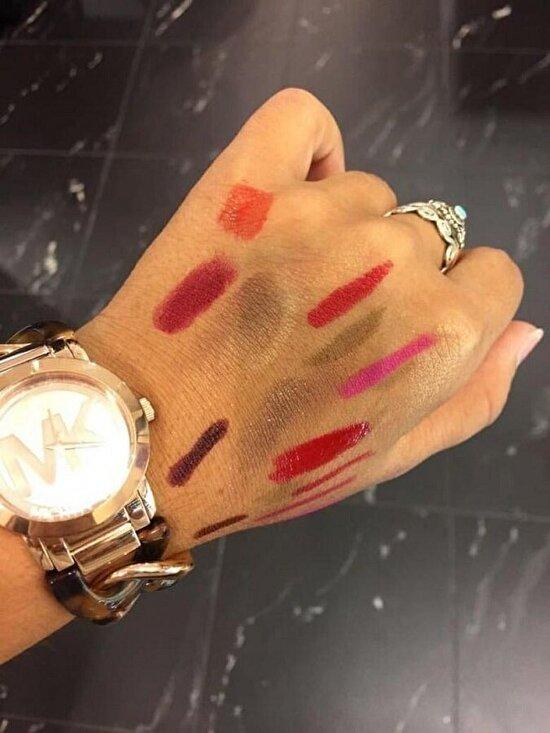Makyaj için elleri palet gibi kullanmak