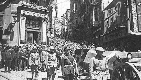 Atatürk'ün naaşı Karaköy'den geçiriliyor
