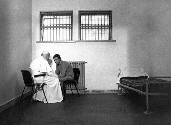 Papa II. Ioannes Paulus, kendisine suikast girişiminde bulunan Mehmet Ali Ağca ile tanışıyor. 1983