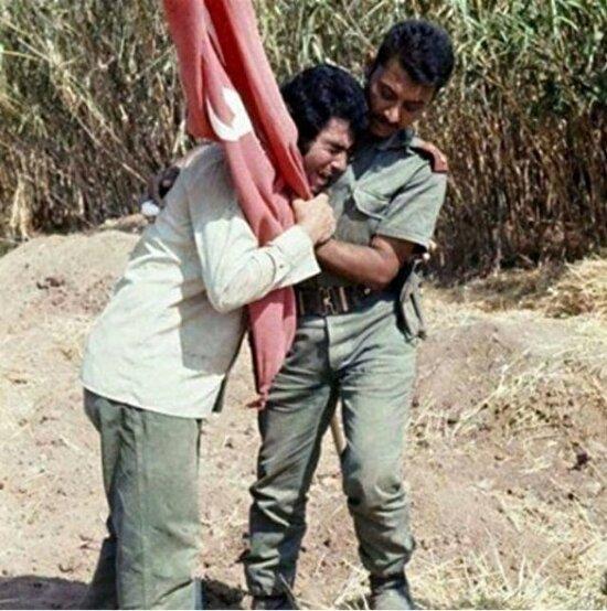 Türk bayrağını ve Türk askerini görünce mutluluktan ağlayan Kıbrıs Türk'ü. 1974