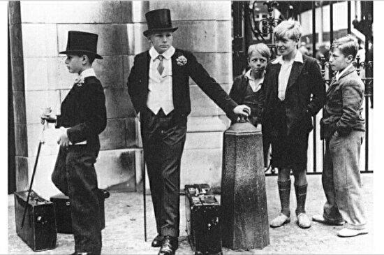 Londra'da modern kıyafetleriyle burjuva çocukları ve onları hayranlıkla izleyen diğer çocuklar. 1800'ler