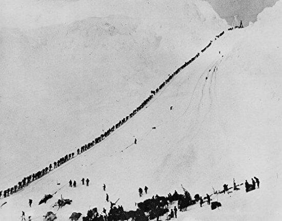 Altın avcıları Chilkoot geçidini geçerken, 1898
