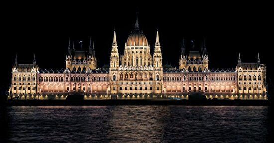 Tarihi dokusuyla meşhur, Budapeşte Parlemento Binası