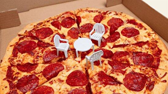 Şimdi masaya küçük bir pizza koy