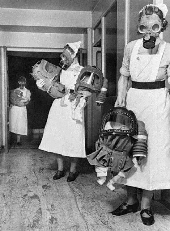 Londra'da bebekler gaz maskeleriyle taşınırken...
