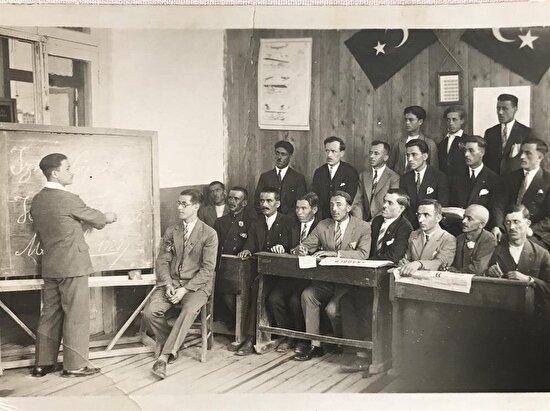 Latin alfabesini öğreten ilk Cumhuriyet öğretmenlerinden Hasan Dallı'nın sınıfıyla birlikte çektirdiği fotoğraf. Ankara, 1929