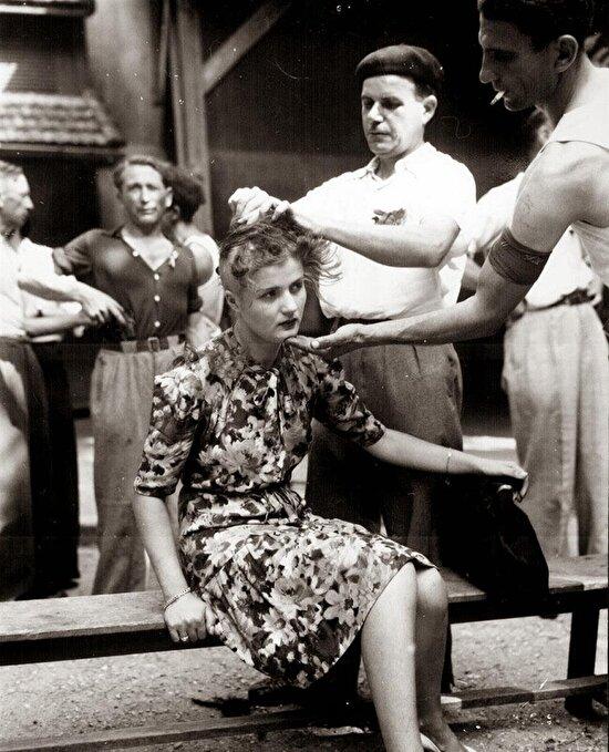 Fransız bir kadın, Nazilerle işbirliği yaptığı için, saçları kazınarak cezalandırılıyor, 1944 yılı