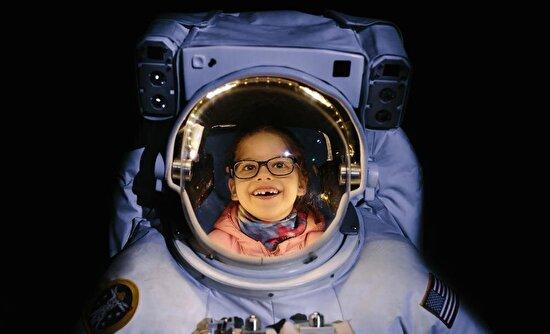 Fotoğrafçı Emilia Wilgosz-Peter'ın kızı astronot olma hayallerini kurarken, annesi tarafından fotoğraflanmış