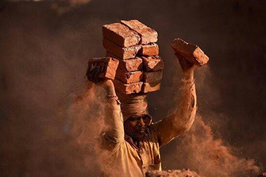 Nepal'de bir tuğla fabrikasında çalışan bu işçi kafasında 16 tane tuğla taşıyabiliyor