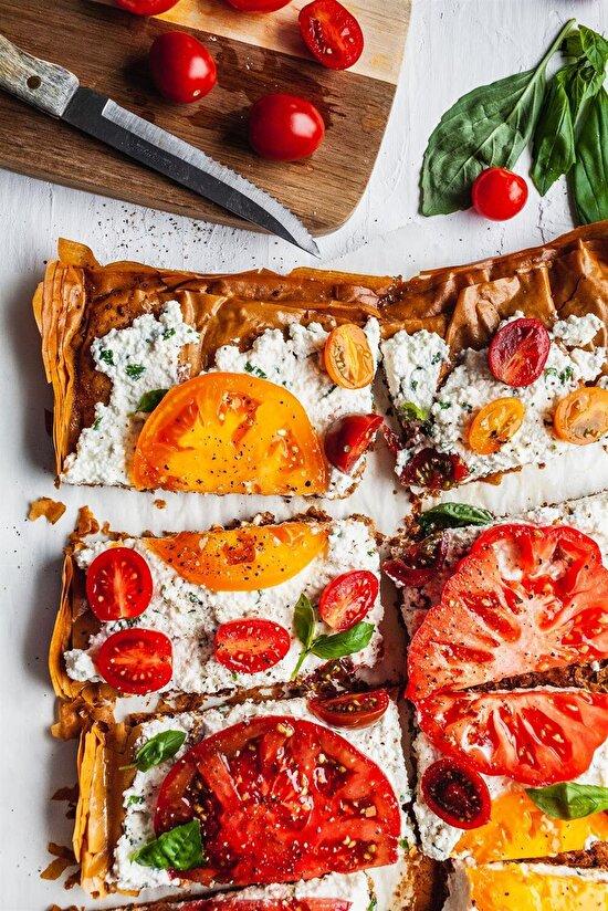 Kahvaltı için domatesli, fesleğenli, peynirli yufkalar