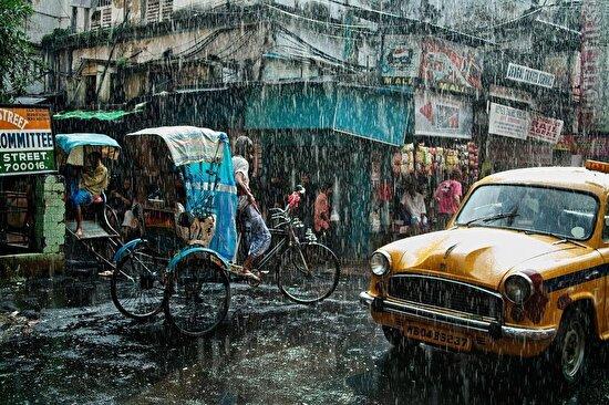 Hindistan'ın Kalküta şehrinde yağmurlu bir gün