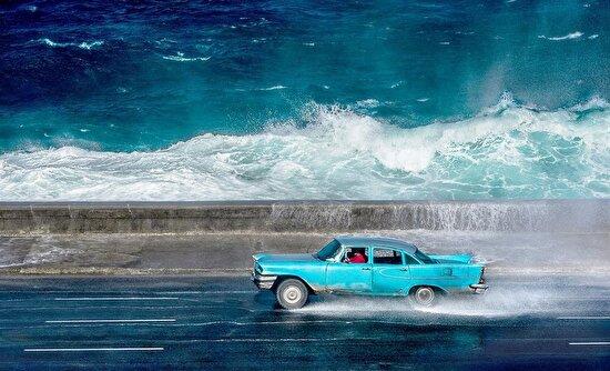 Rüzgarlı bir günde sahil şeridi boyunca araba kullanmak