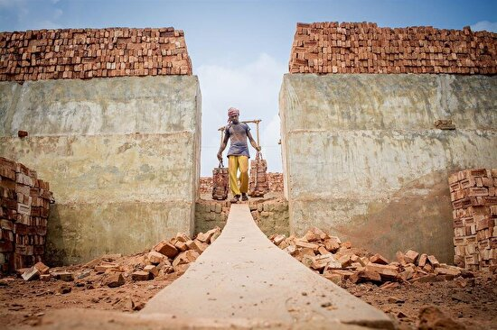 Fırından inşaata taşınan tuğlalar