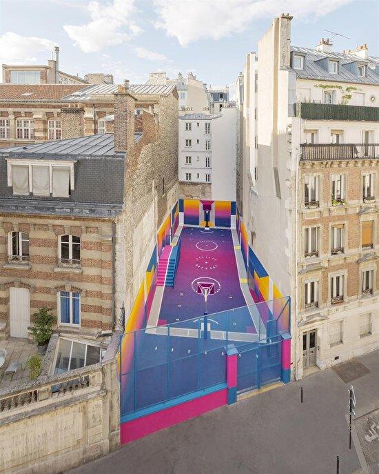 Paris'te iki bina arasına sıkışan basketbol sahasının renklerle şahaneleştirilmesi