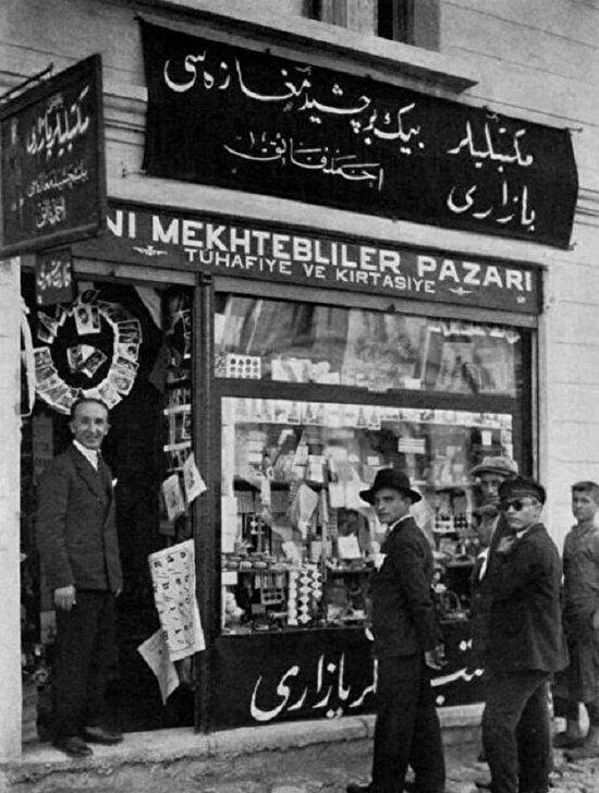 Eski alfabeyi yenisiyle değiştiren bir dükkan.  İstanbul 1929