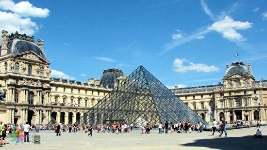 Louvre, Paris'te müze olarak açıldı. Louvre, 13. yüzyılın başlarında bir kale olarak inşa edilmişti