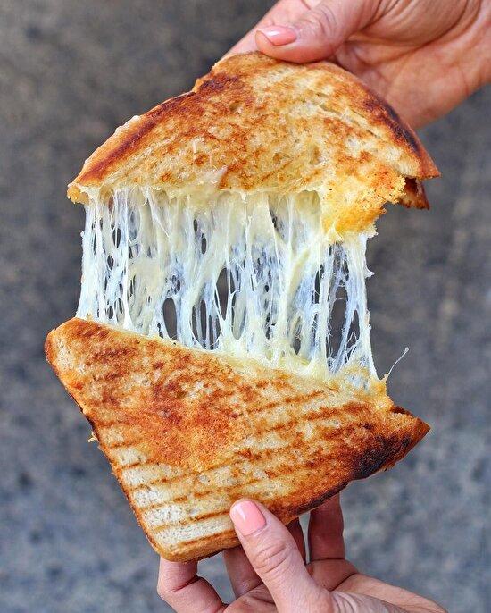 Evden erken çıkanların kahvaltısı bol kaşarlı tost