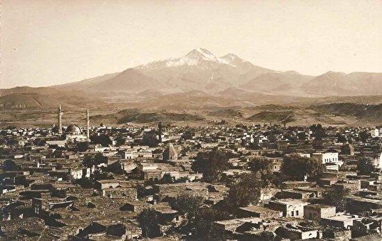 Arkada Erciyes dağı önde Kayseri şehir merkezi. 1956