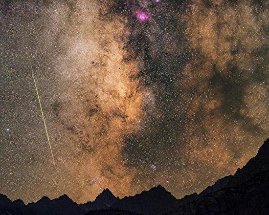 Kaliforniya'daki Sierra Nevada Dağları'yla bütünleşen yıldızlı gökyüzü